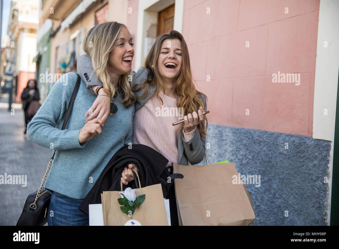 Freunde, Shopping und Lachen in der Straße Stockbild