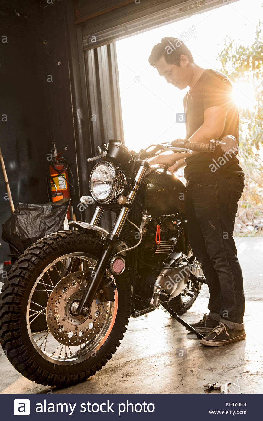 Mechaniker arbeiten bei Custom Motorrad shop, Bangkok, Thailand Stockbild