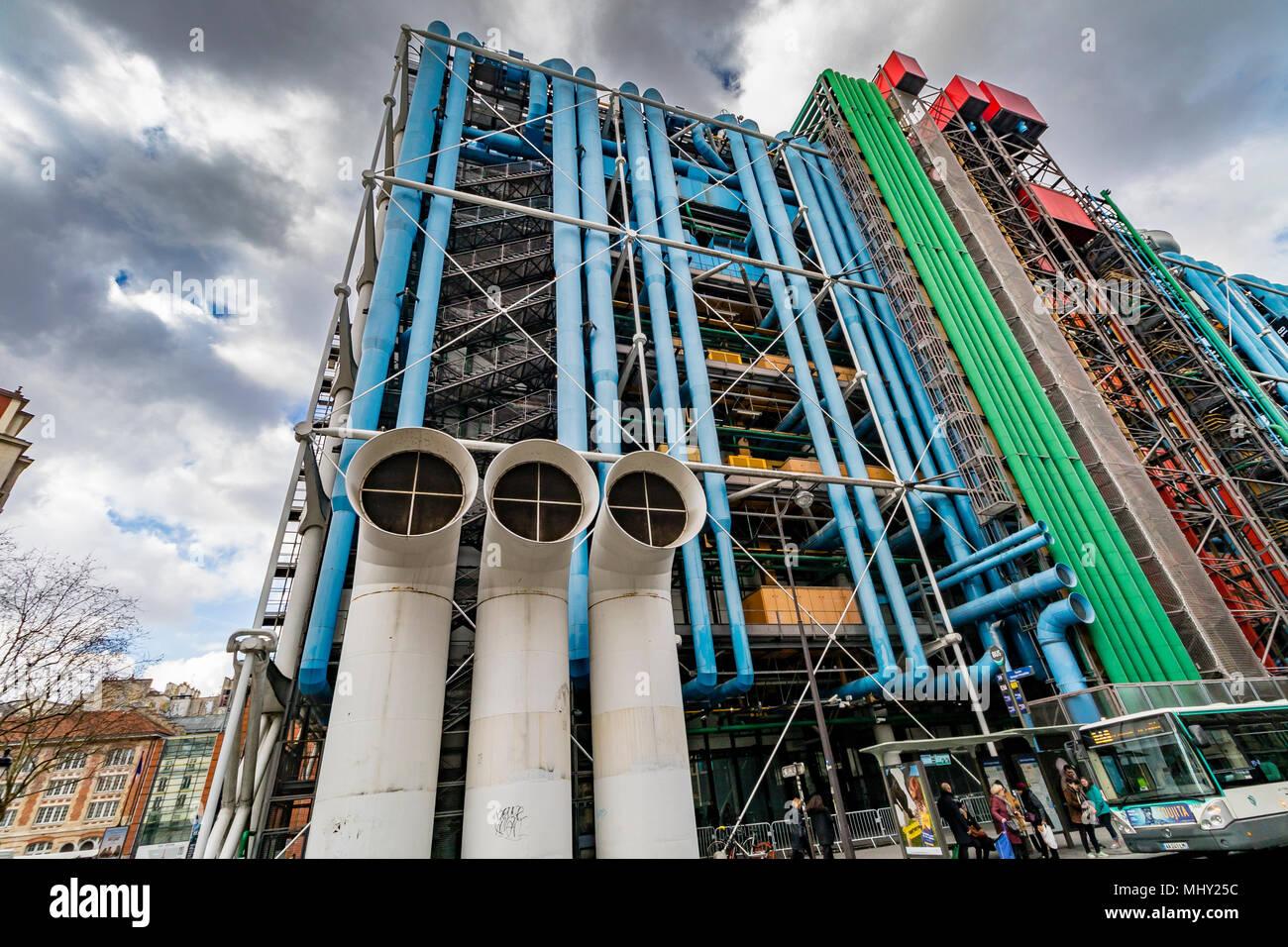 Grundfarben und freiliegende Rohrleitungen und Luftkanäle des Centre Georges Pompidou, Paris, Frankreich Stockbild