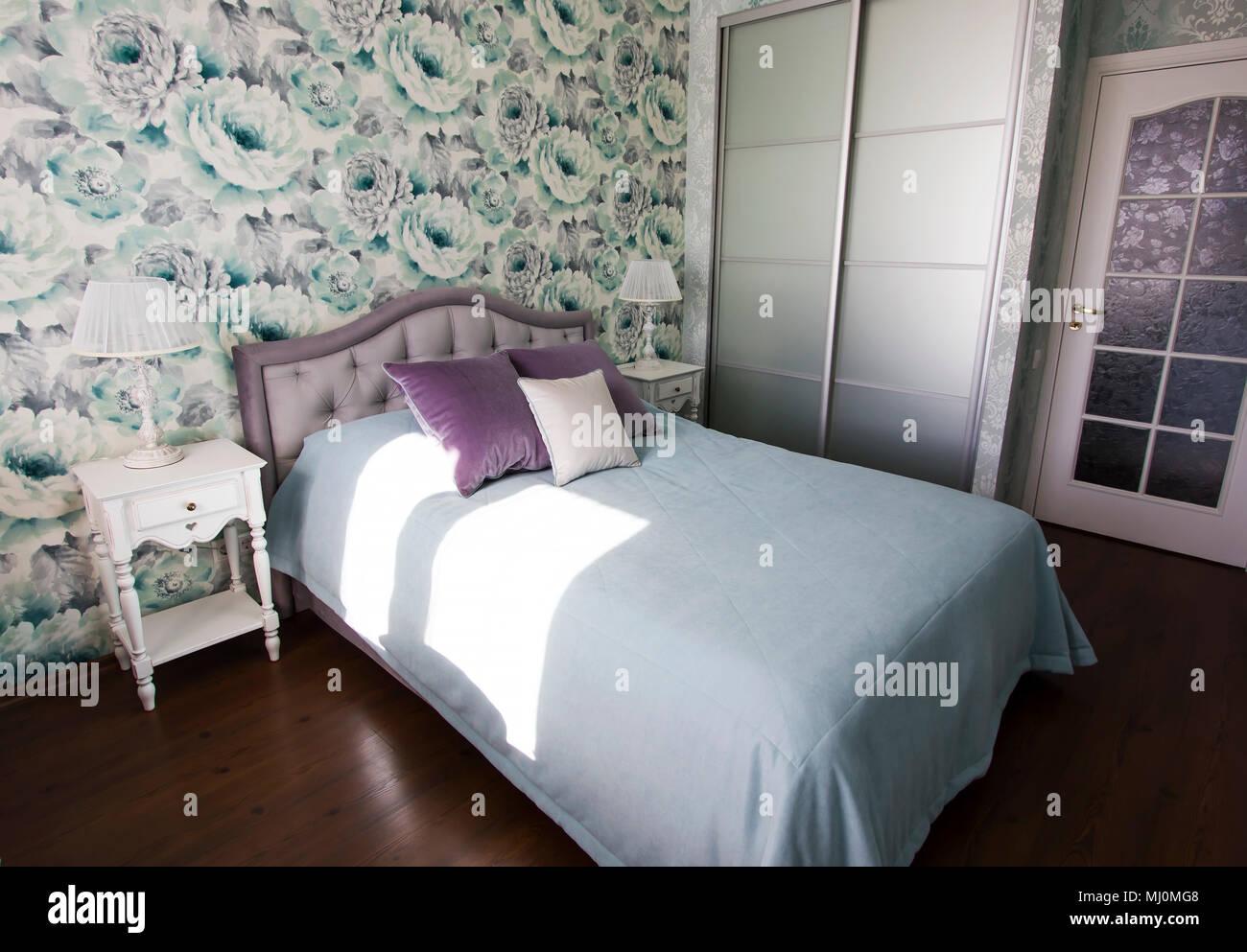 schlafzimmer in der provence stil in blau und lila farben hellen modernen interieur stockfoto. Black Bedroom Furniture Sets. Home Design Ideas