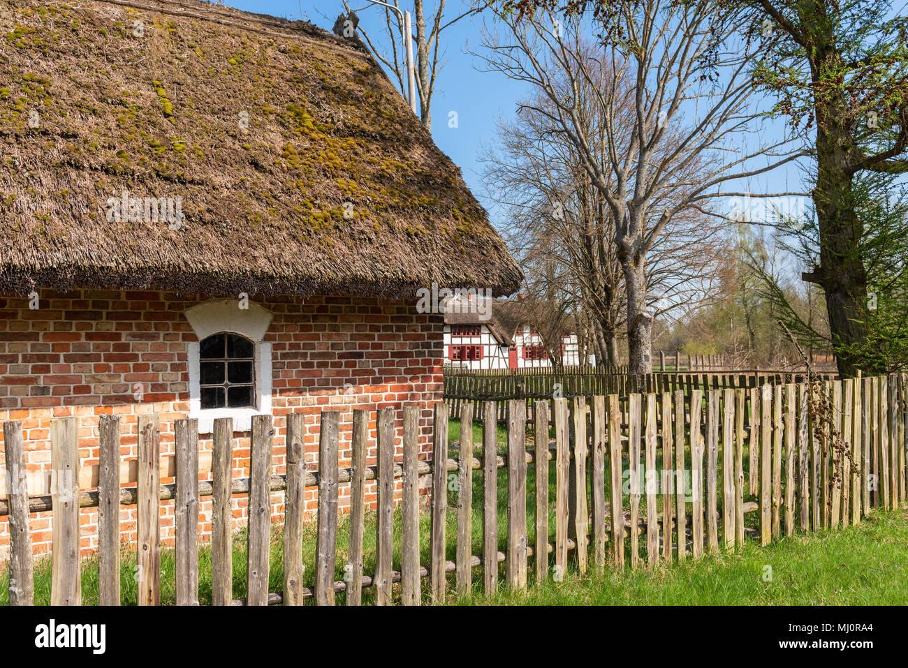 Holzzaun Und Traditionelle Polnische Land Strohgedeckten Haus Kluki