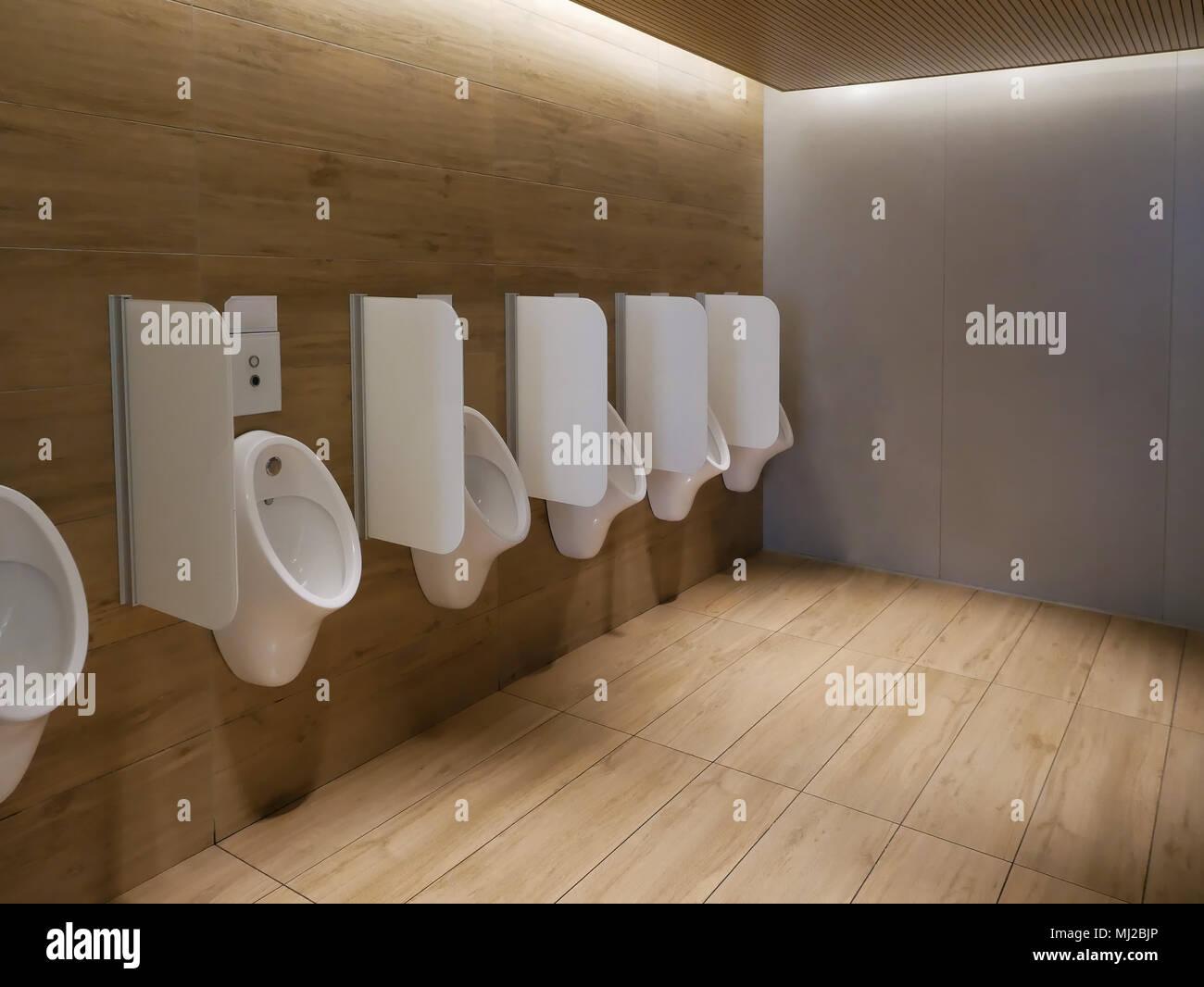Öffentliche, saubere, moderne Männer wc Toilette mit urinale ...