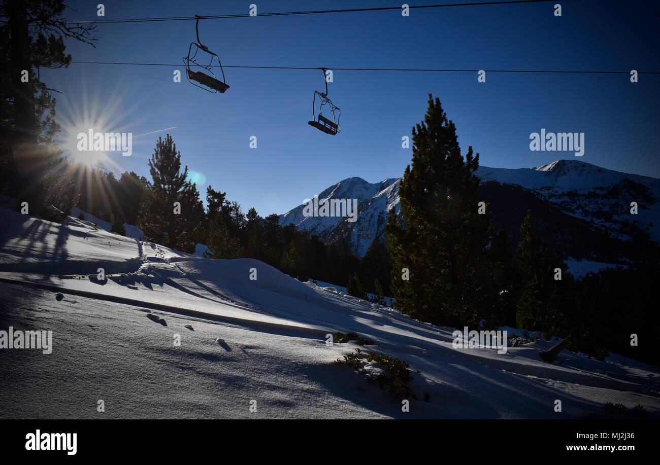 Sesselbahn im Skigebiet Stockfoto