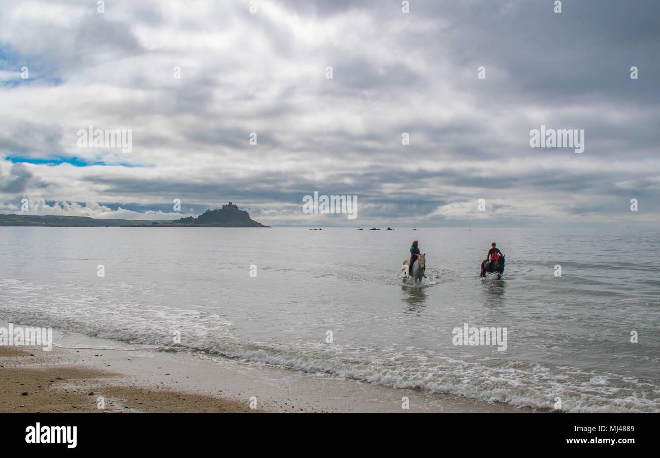 Langen Felsformation, Cornwall, UK. 4. Mai 2018. UK Wetter. Der Cornwall schwimmen Pferde haben ihren ersten Training schwimmen im Vorfeld der Bank Holiday Wochenende, wenn Sie Ihre ersten Kunden im Meer schwimmen mit ihren Pferden. Während das Wasser ist ein bisschen kühl noch Sonnenschein für das Wochenende prognostiziert wird. Hier Shel und Chris. Foto: Simon Maycock/Alamy leben Nachrichten Stockfoto