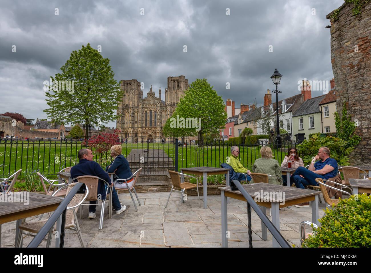 UK Wetter - Menschen mit einem Drink entspannen und den Nachmittag Sonnenschein vor der Kathedrale genießen an der Brunnen in Somerset. Credit: Terry Mathews/Alamy leben Nachrichten Stockbild