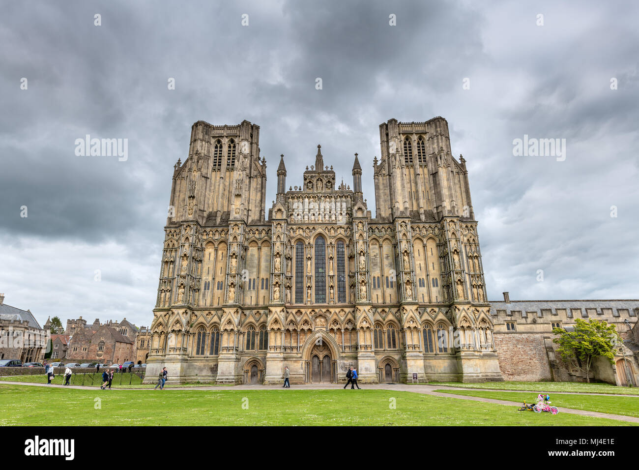UK Wetter - einen hellen und warmen Tag gibt weg für einen Nachmittag mit zunehmender Cloud für die Besucher der Kathedrale Grün am Brunnen in Somerset. Credit: Terry Mathews/Alamy leben Nachrichten Stockbild