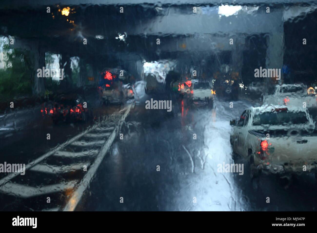Regen strom Wetter auf Windschutzscheibe. Visuelles Hindernis schlechte Sicht auf Gebühr Mautstrasse Straße eintrag Highway-kontrollpunkt. Stockbild