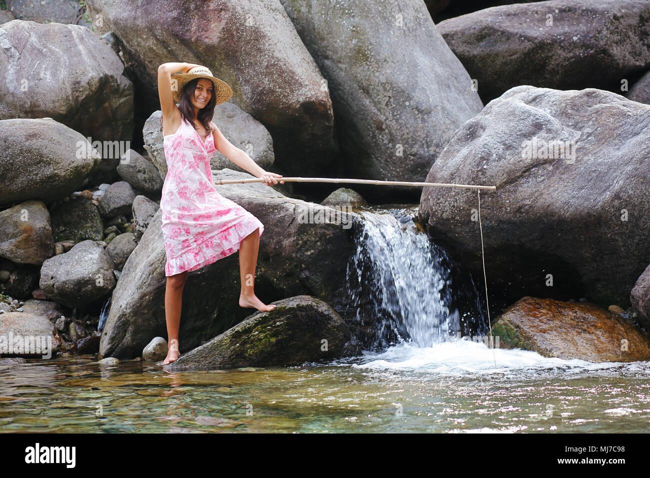Country Girl Angeln in einem Berg River. Spaß und Entspannung Stockfoto