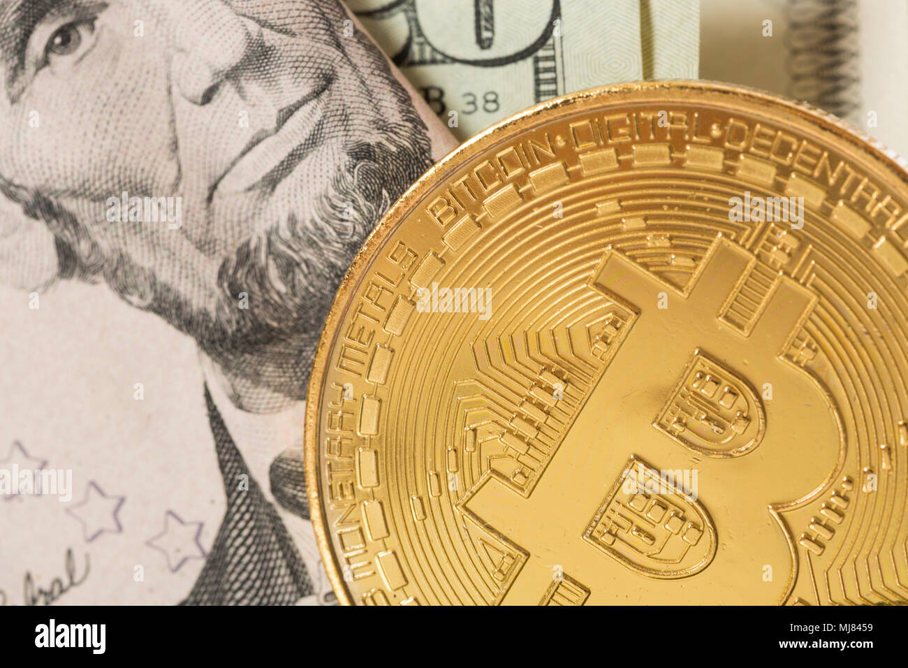 Ein bitcoin mit Papier Währung. Stockbild