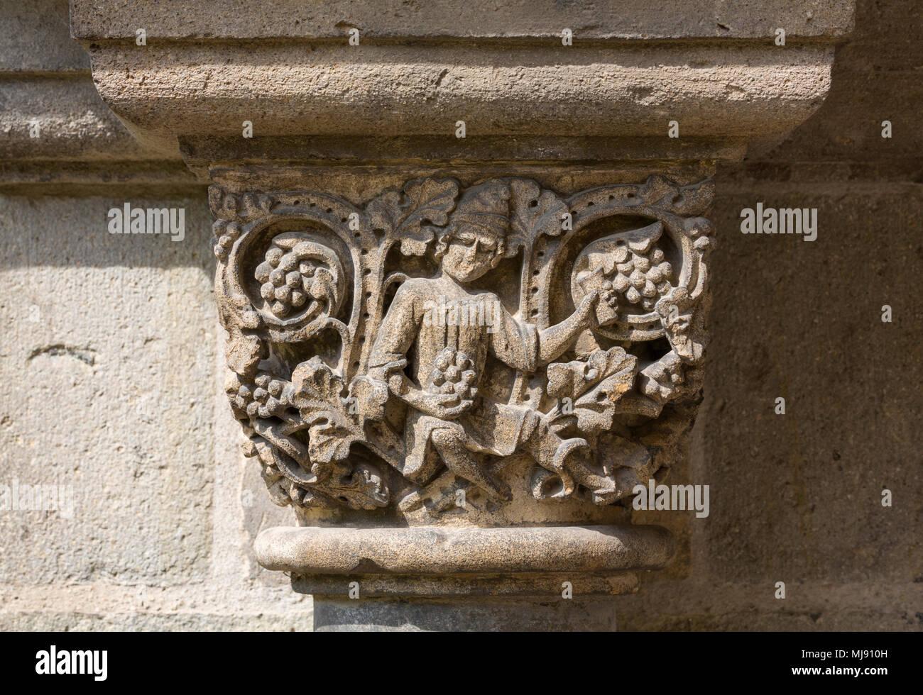 Brauweiler in Pulheim, Abteikirche St. Nikolaus, Kreuzgang, Südportal, Figurenkapitell Eine einer Halbsäule, Weintrinker mit Reben Stockbild