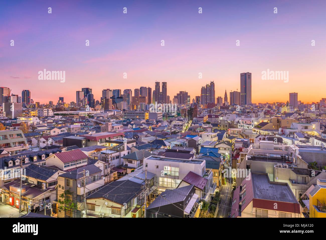 West Shinjuku, Tokyo, Japan Financial District Stadtbild über Wohngebiete in der Abenddämmerung. Stockbild