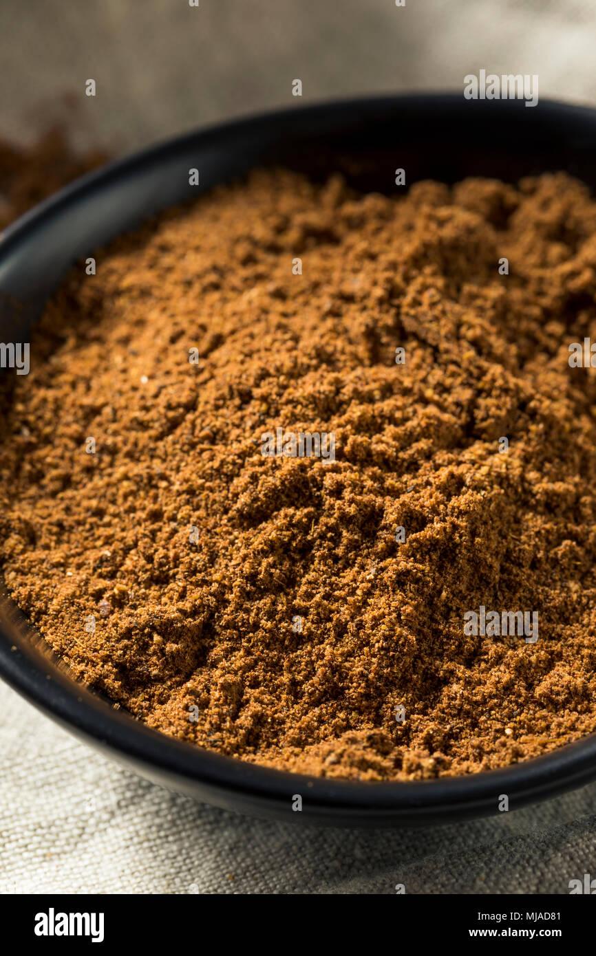 Bio Garam Masala indische Gewürze in eine Schüssel geben. Stockbild