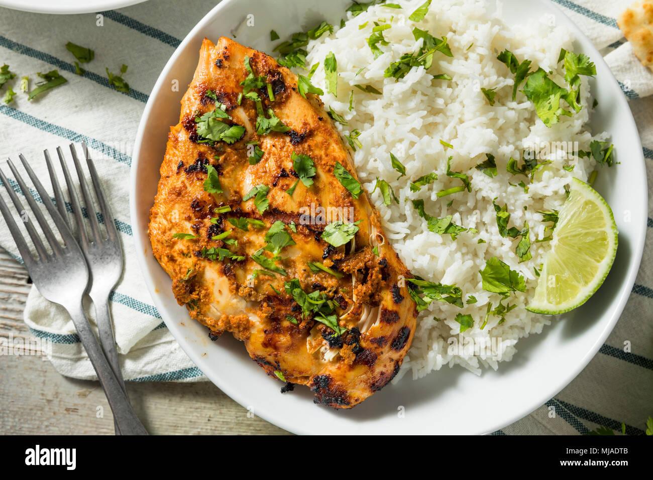 Hausgemachte indische Tandoori Chicken mit Reis und Naan Brot Stockbild