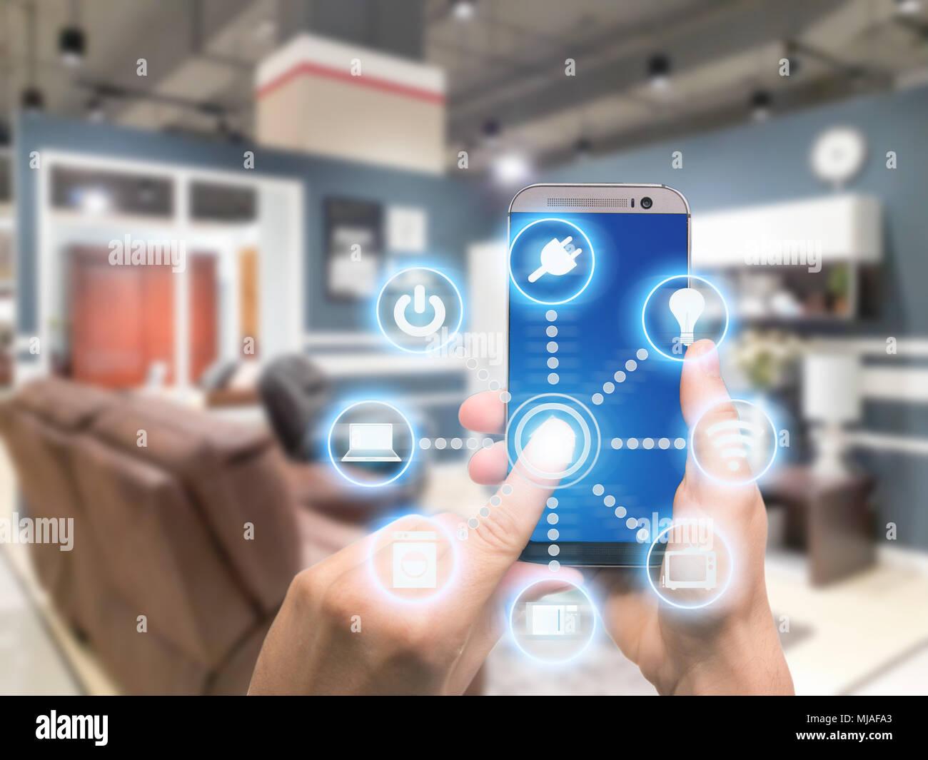 Smart home-Automation-app auf dem Handy mit Wohngebäude im ...