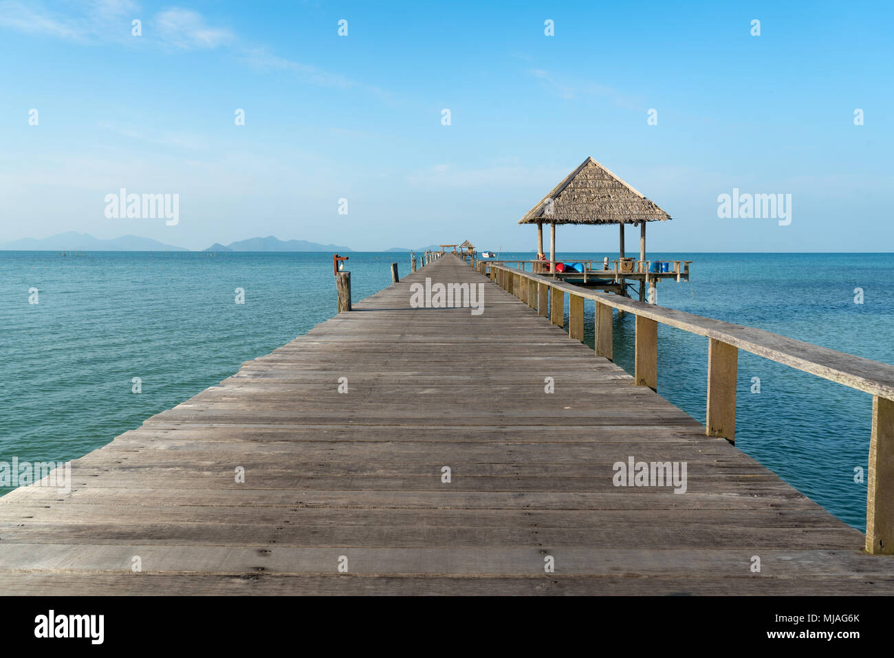 Hölzerne Pier zwischen Sonnenuntergang in Phuket, Thailand. Sommer, Reisen, Urlaub und Ferien-Konzept. Stockbild