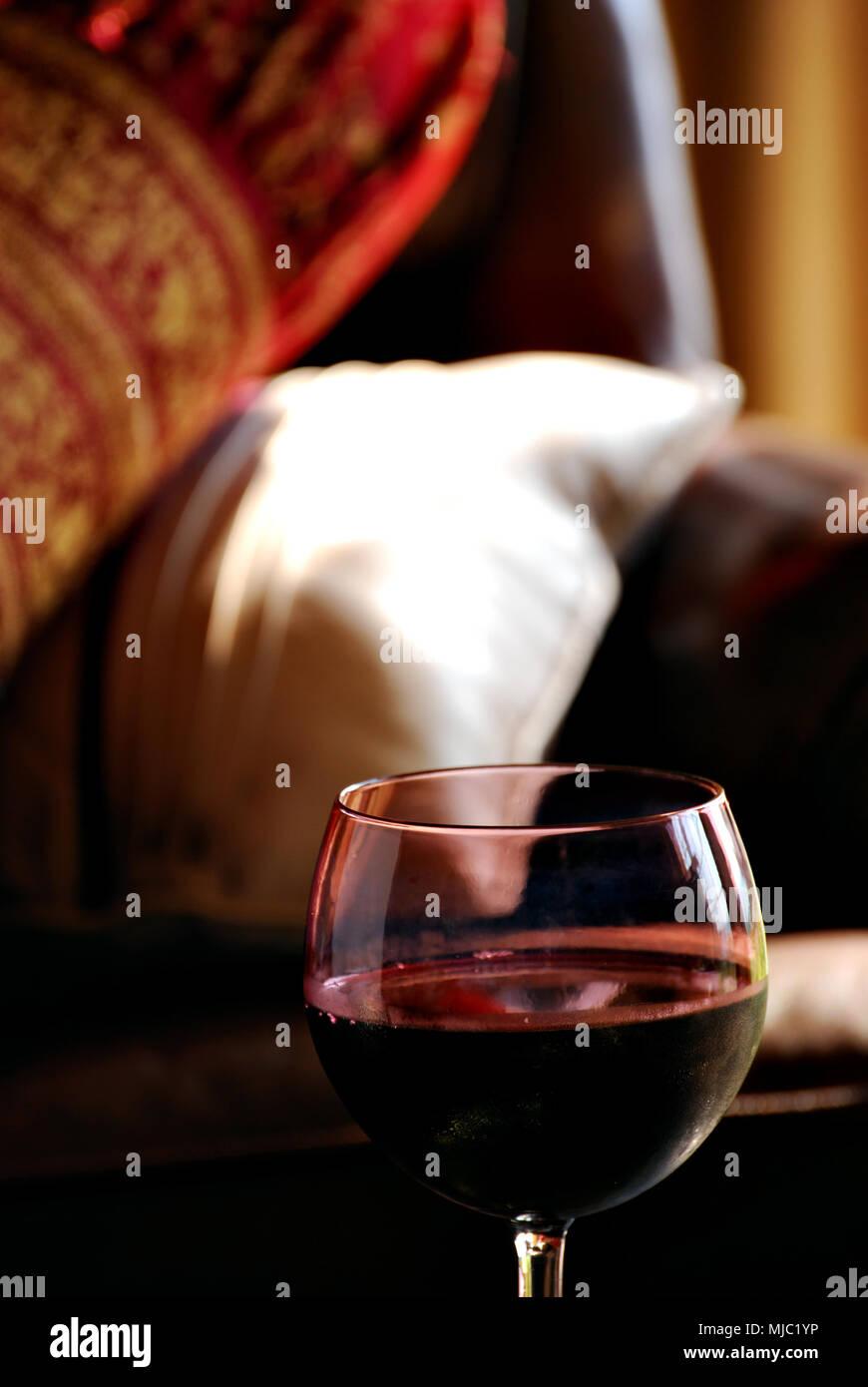 Rotwein Auf Dem Messing Platte Mit Leder Stuhl Stockfoto Bild