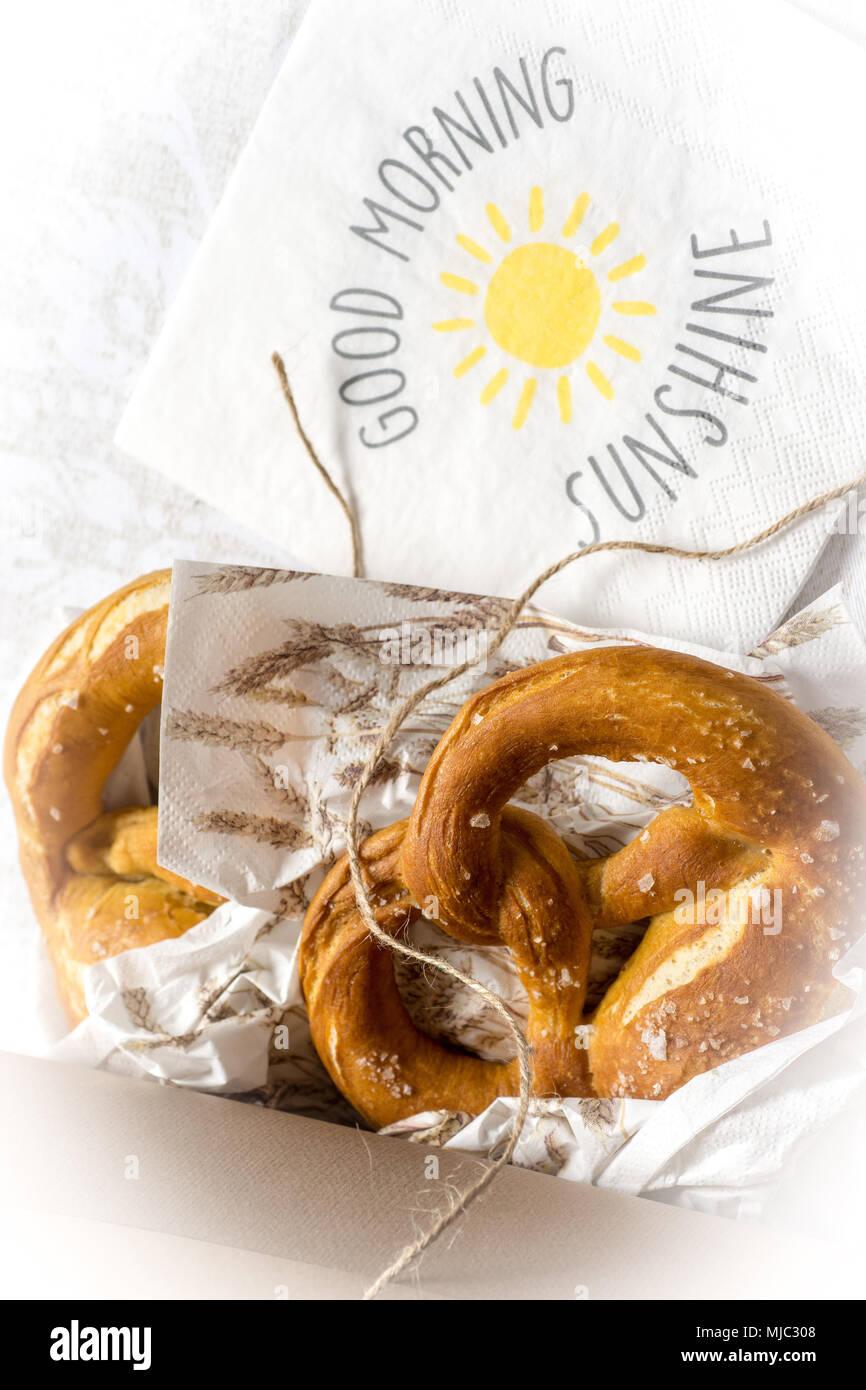 Wunderbar Guten Morgen Frühstück Galerie Von Sonnenschein Hintergrund. Brezeln In Einer Box Zum