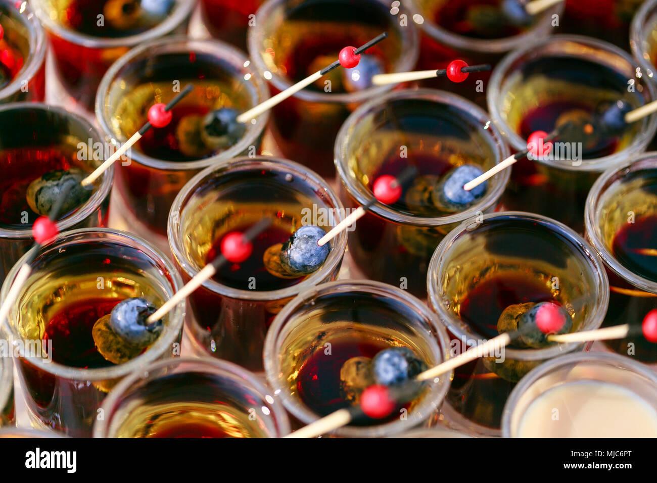 Viele bereit, alkoholische und nicht alkoholische Getränke. Schuß cocktails Stack mit Berry. Schokolade Cocktail und Cremelikör. Party im Freien Stockbild