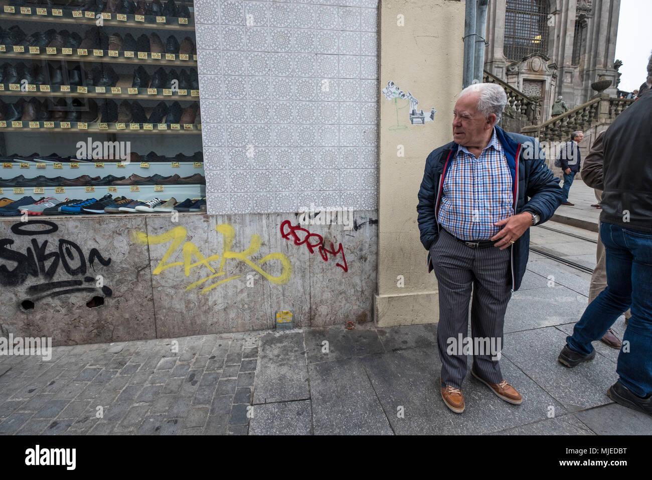 Der Alltag in einer zentralen Straße der Stadt von Porto Stockbild