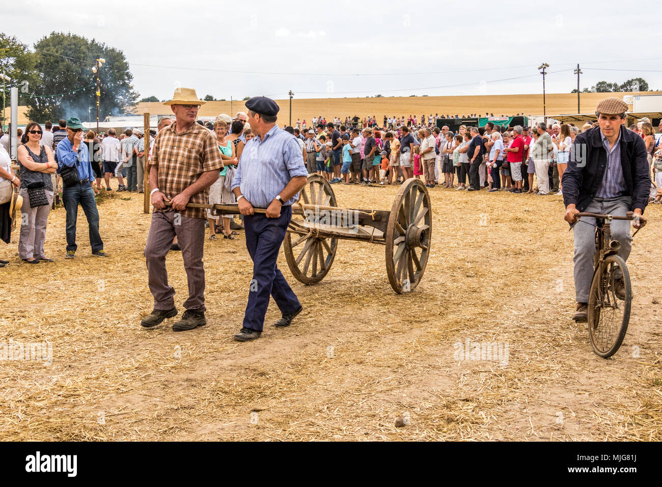 Fete De La Moisson Valennes Sarthe Frankreich landwirtschaftliches Fest, in dem die Bauern aus ihren vergangenen und gegenwärtigen landwirtschaftlichen Weg des Lebens zeigen. Stockbild