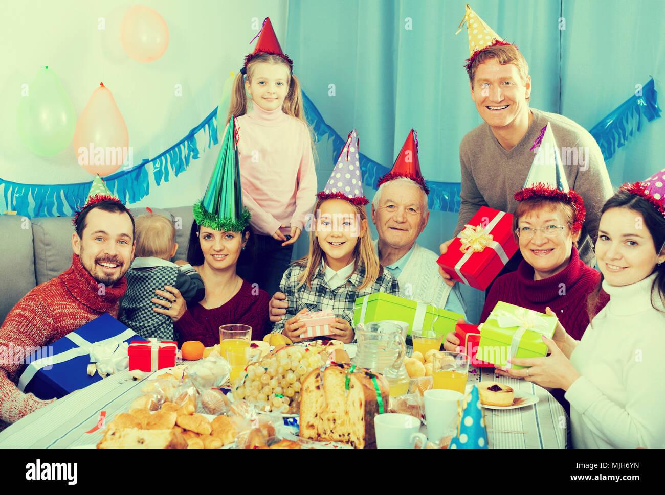 Gluckliche Familie Mitgliedern Die Feier Der Kinder Geburtstag Beim