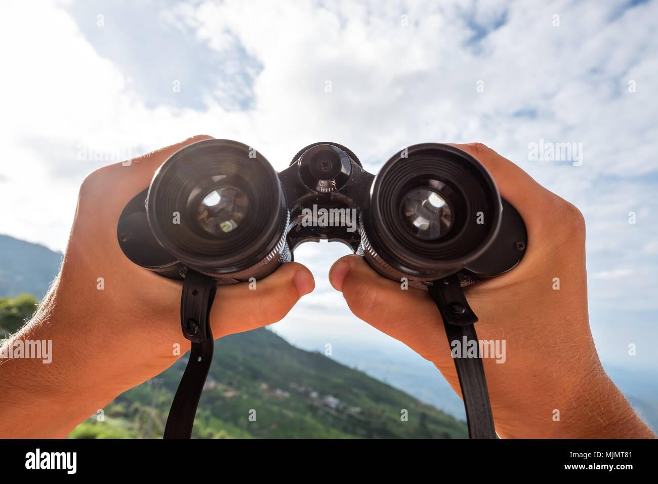 Blick durch das fernglas konzept der aktiven reisen stockfoto