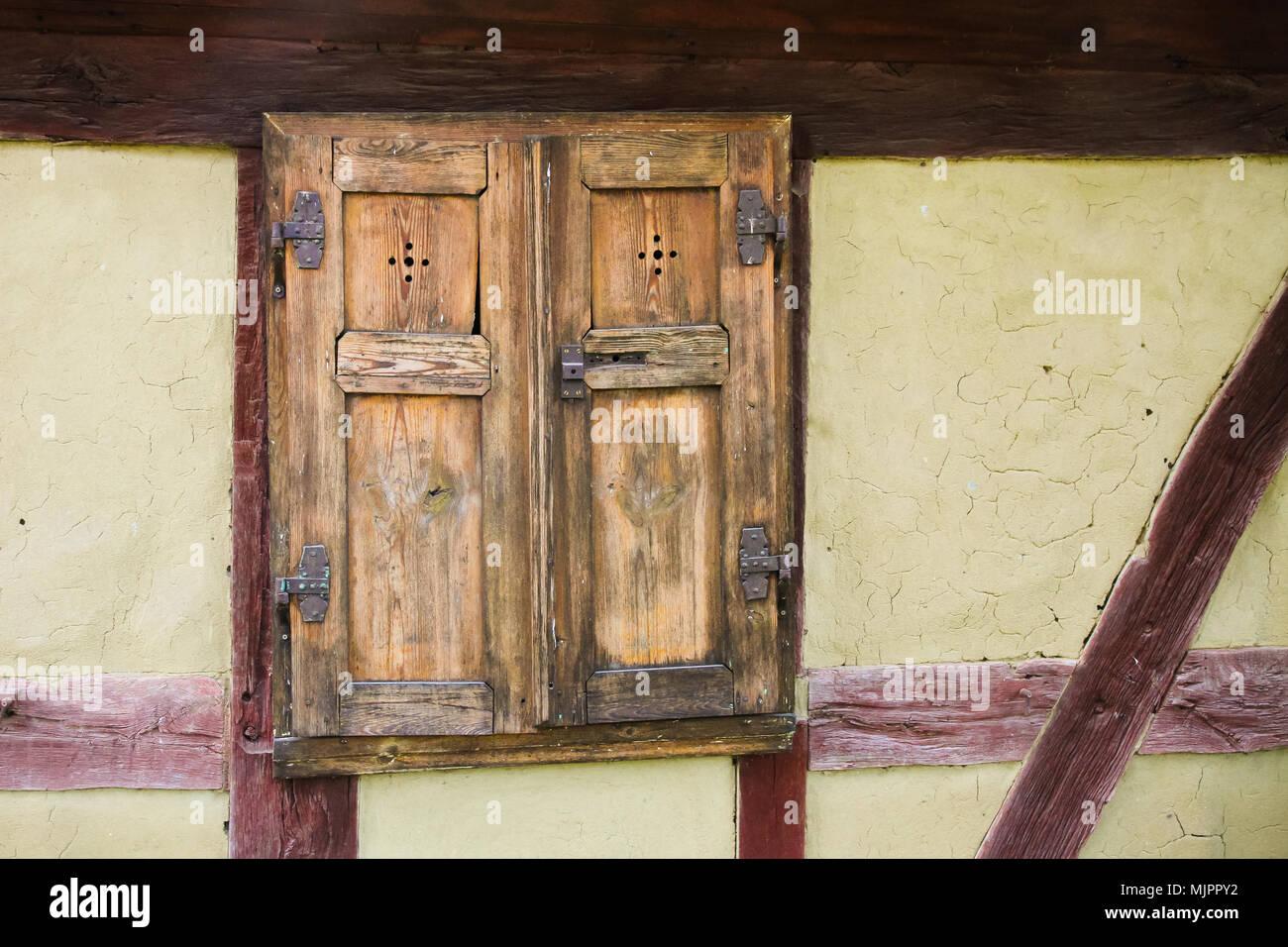 Groß Framing Ein Fenster In Einer Wand Fotos - Benutzerdefinierte ...