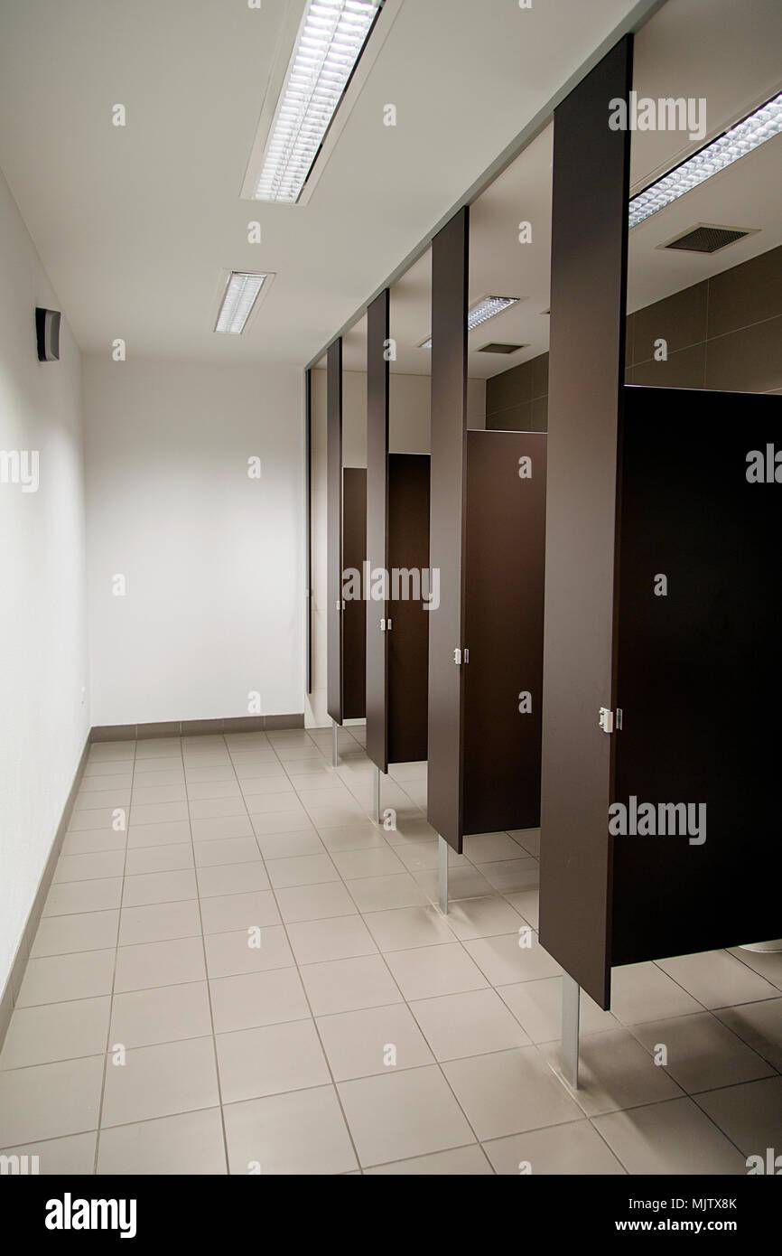 ffentliche toilette mit schr nken und waschbecken in einem vertikalen format stockfoto bild. Black Bedroom Furniture Sets. Home Design Ideas