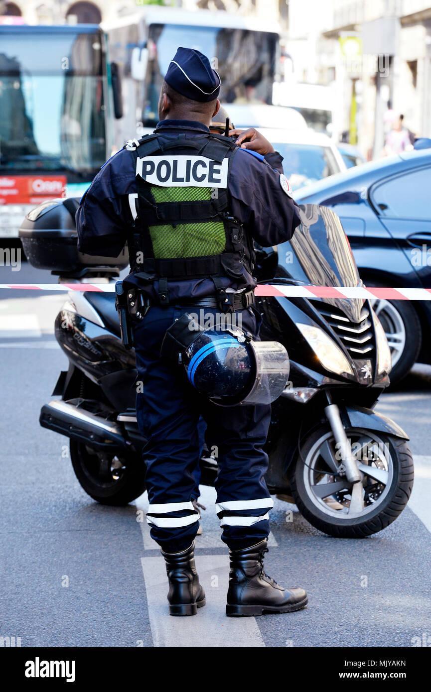 Französische Polizisten am Verkehr Verordnung - Paris - Frankreich Stockbild