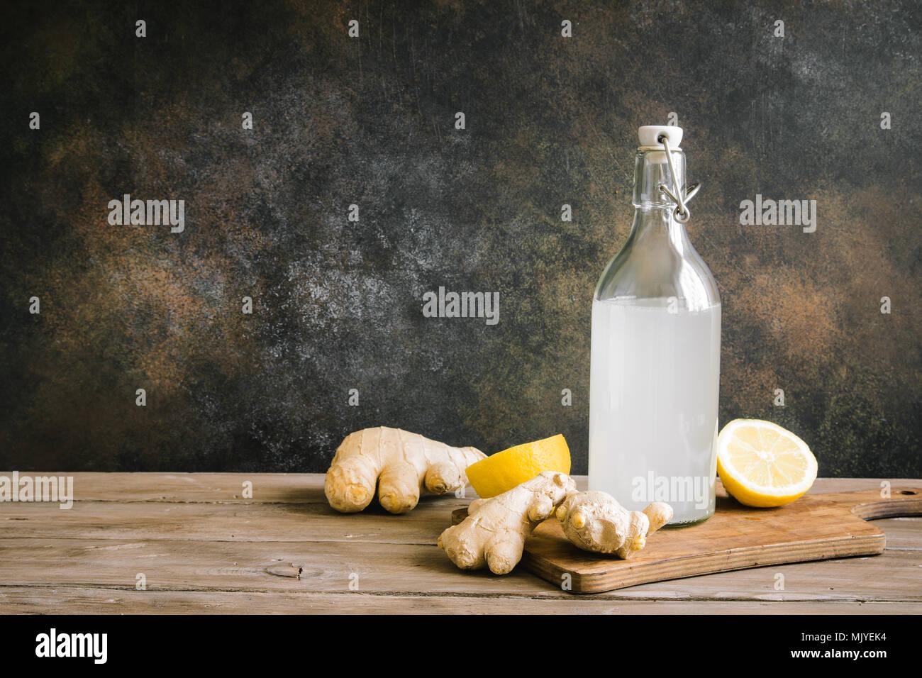 Ginger Ale in der Flasche - Hausgemachte Zitrone und Ingwer bio Limonade trinken, kopieren. Stockbild