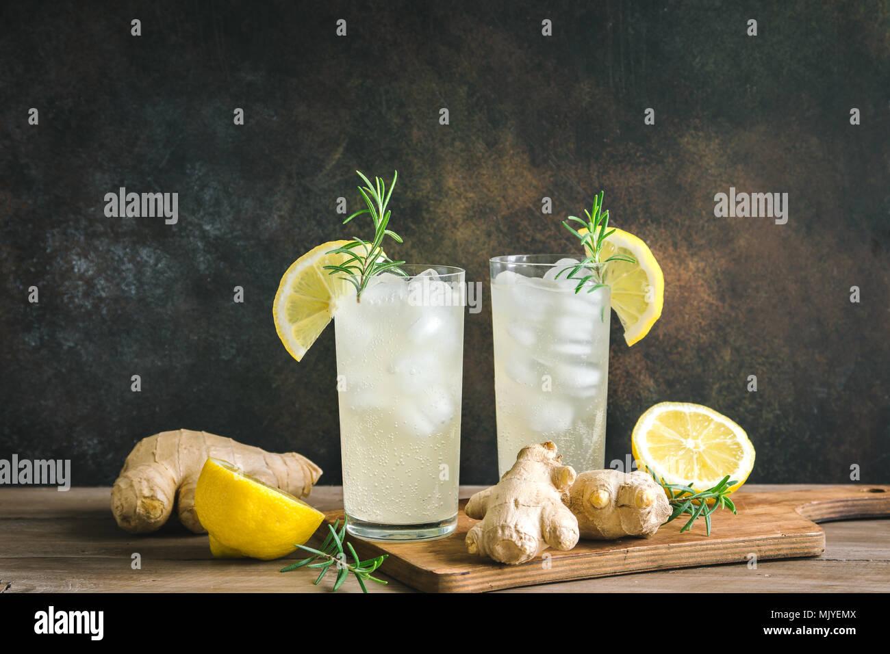 Ginger Ale - Hausgemachte Zitrone und Ingwer bio Limonade trinken, kopieren. Stockbild