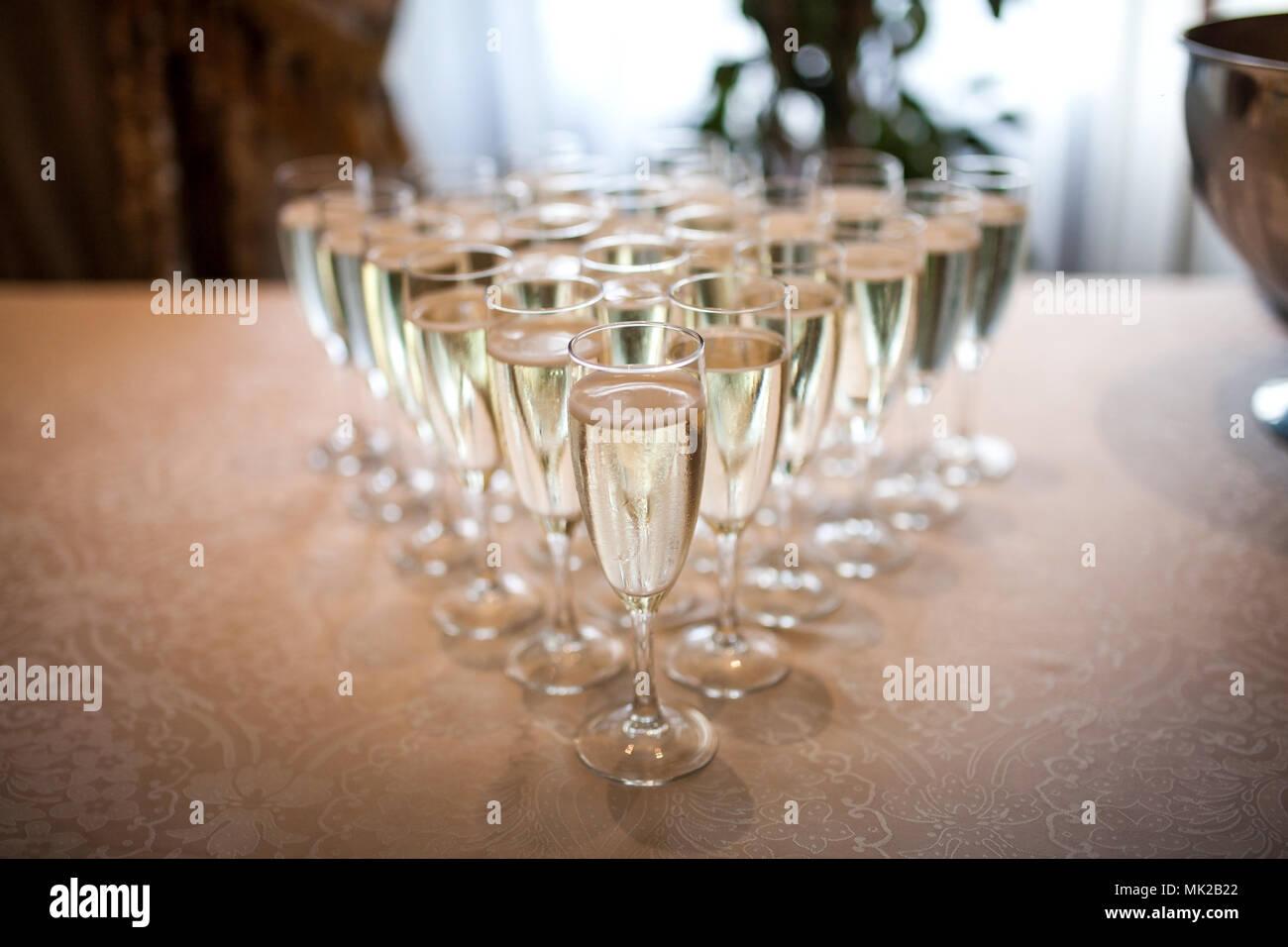 Gläser mit Champagner auf dem Tisch Stockbild