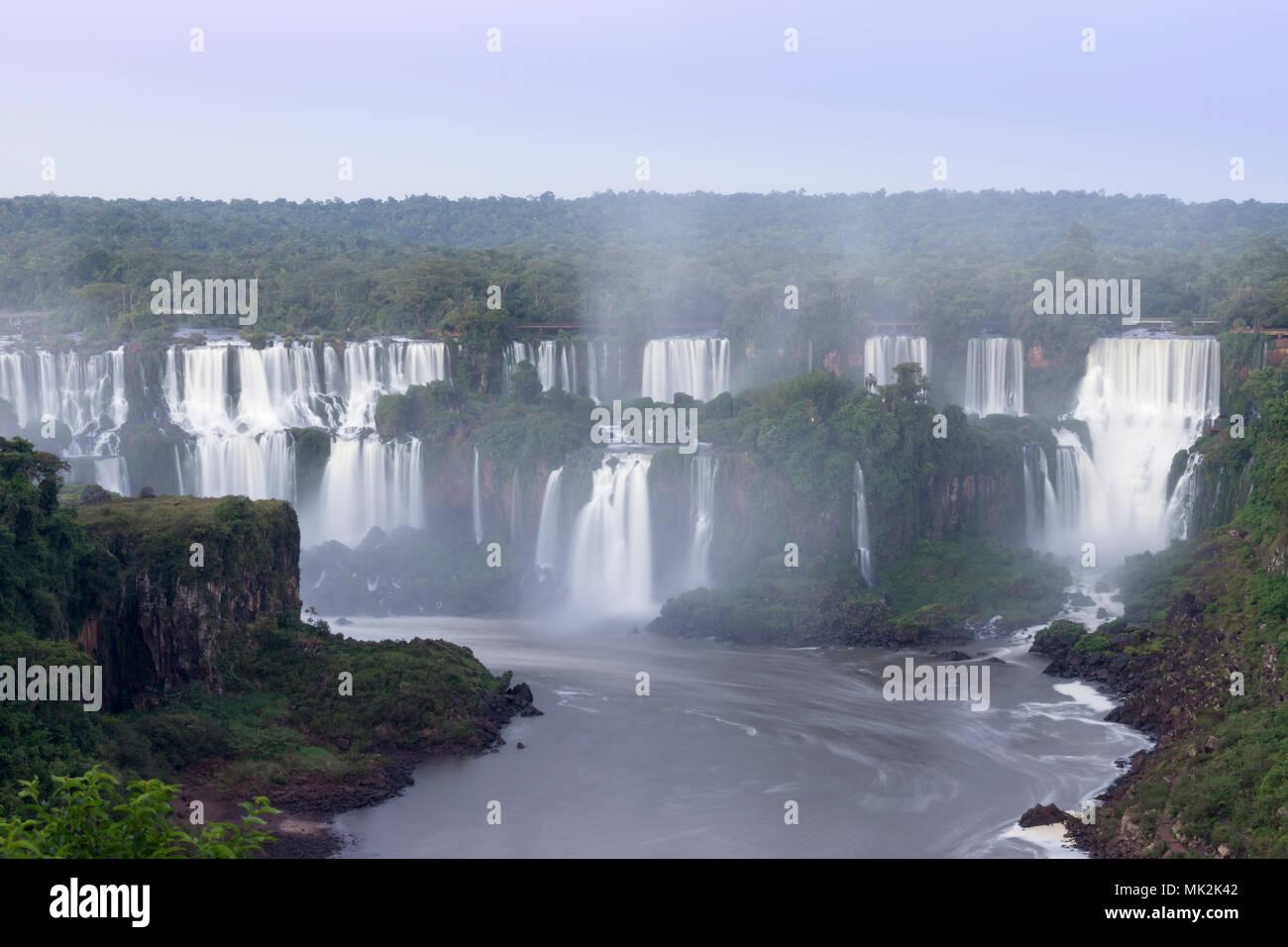 Den Iguassu oder Iguacu falls - der weltweit größten Wasserfall system an der Grenze von Brasilien eine Argentinien Stockbild