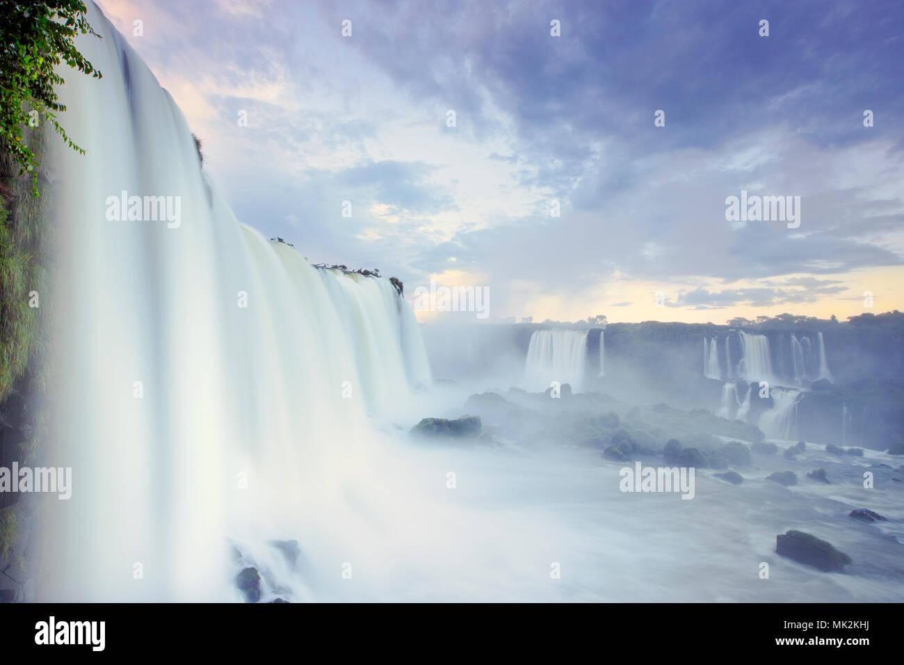 Den Iguassu oder Iguacu falls - der weltweit größten Wasserfall system an der Grenze von Brasilien eine Argentinien Stockfoto