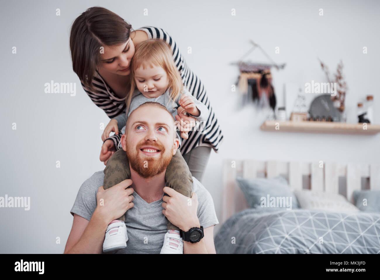 Glückliche Familie, Mutter, Vater, Kind Tochter zu Hause Stockbild
