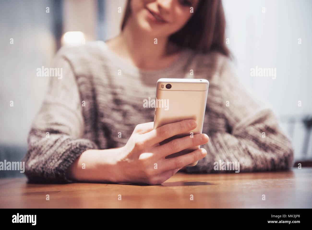 Schöne Brünette mit Laptop im Café. Blogger-Work-Konzept Stockbild