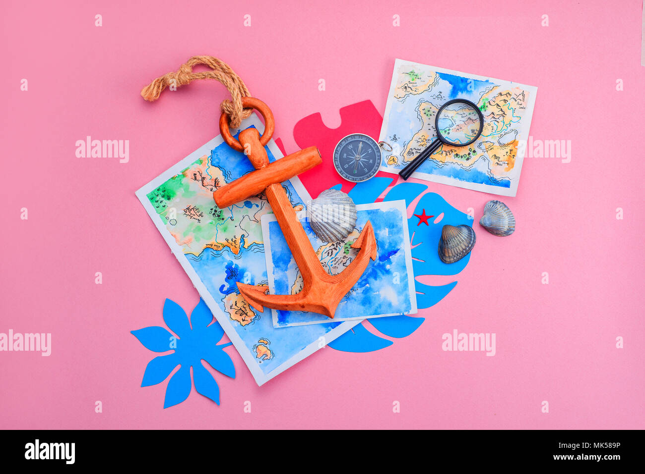 Tropische Blätter, Holz- Anker, Lupe, Aquarell Karten, Kompass und Muscheln mit kopieren. Bunte Reise und Konzept auf einem hellen Rosa Hintergrund. Stockbild