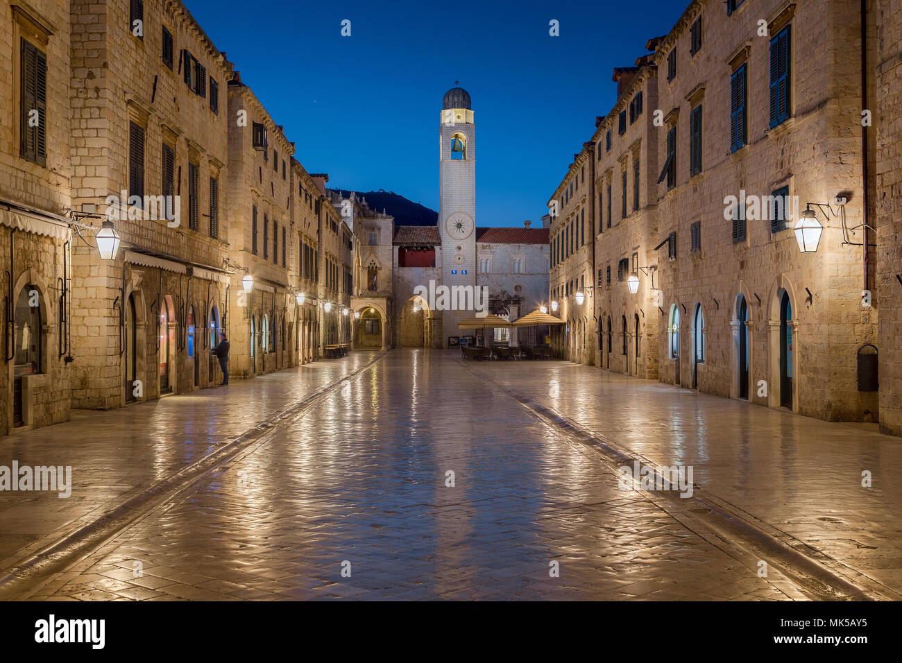 Klassische Panoramablick auf den berühmten Stradun, die Hauptstraße der Altstadt von Dubrovnik, in schöner Morgendämmerung vor Sonnenaufgang in der Morgendämmerung im Sommer Stockbild
