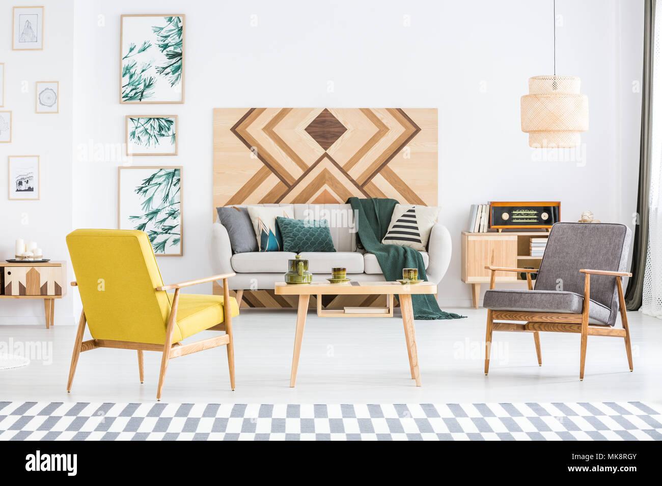 Gelb und Grau Holz Sessel im Wohnzimmer Einrichtung mit grünen Decke ...
