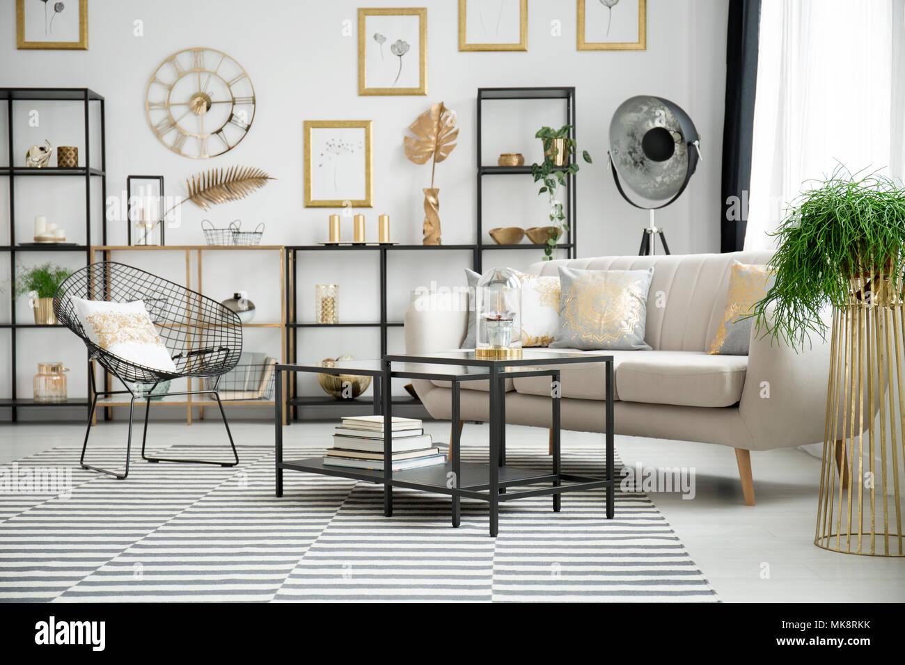 Kissen Mit Gold Muster Auf Beige Sofa Und Sessel Im Hellen Wohnzimmer Interieur Mit Gold Und Schwarzen Mobeln Stockfotografie Alamy