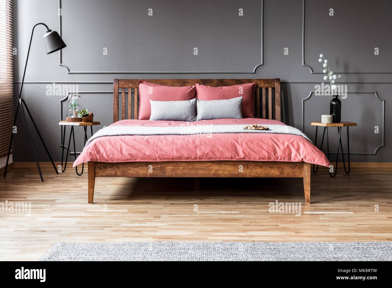 Wunderbar Grau Und Rosa Kopfkissen Auf Dem Bett Aus Holz Im Minimal