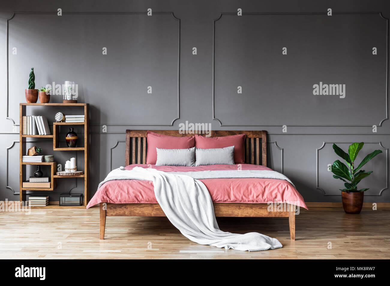 Helle Decke Auf Rosa Bettwasche Aus Holz Bett In Grau Schlafzimmer