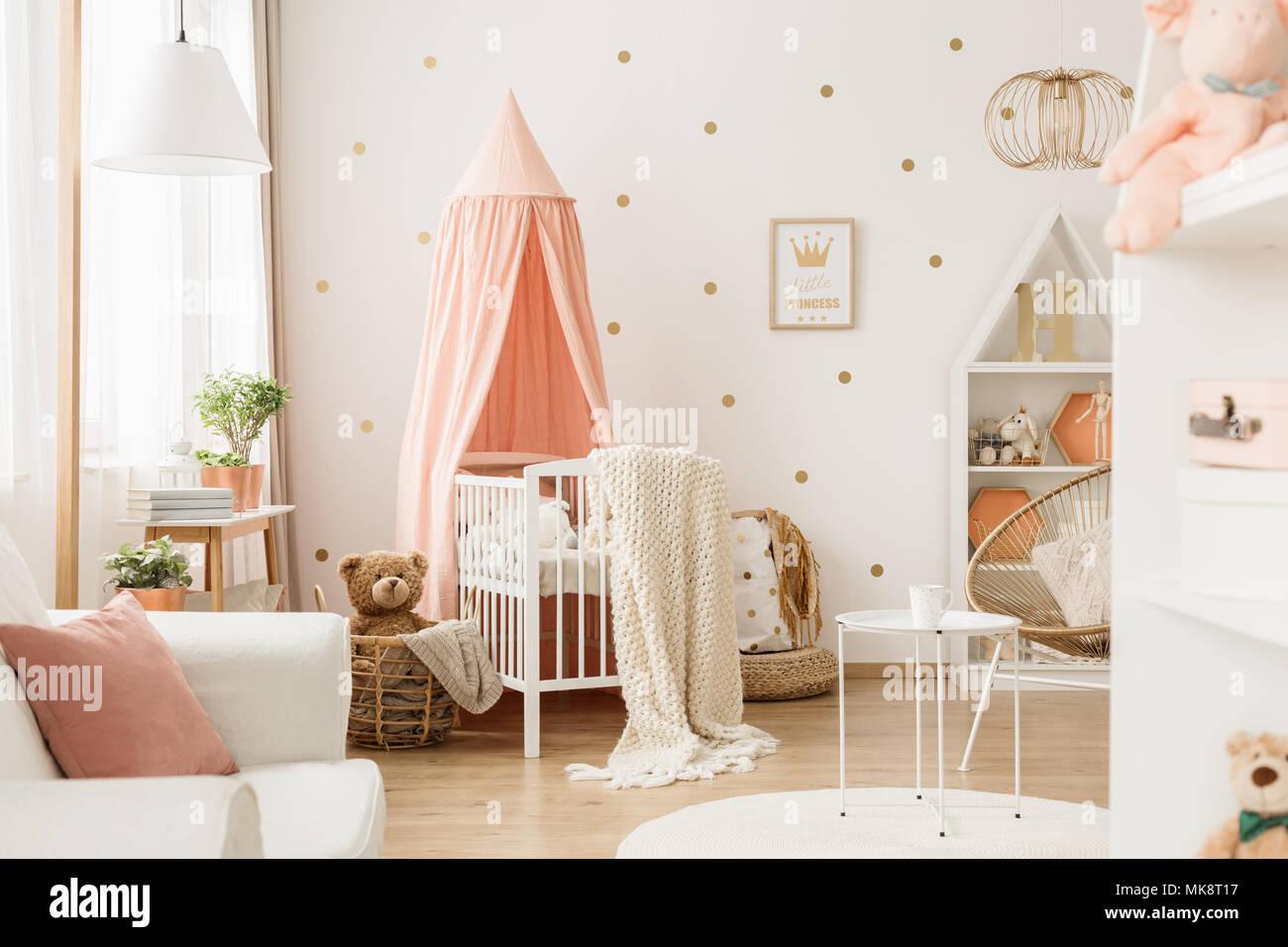 Helle Kinderzimmer Einrichtung Mit Weißen Krippe Dekoration Poster