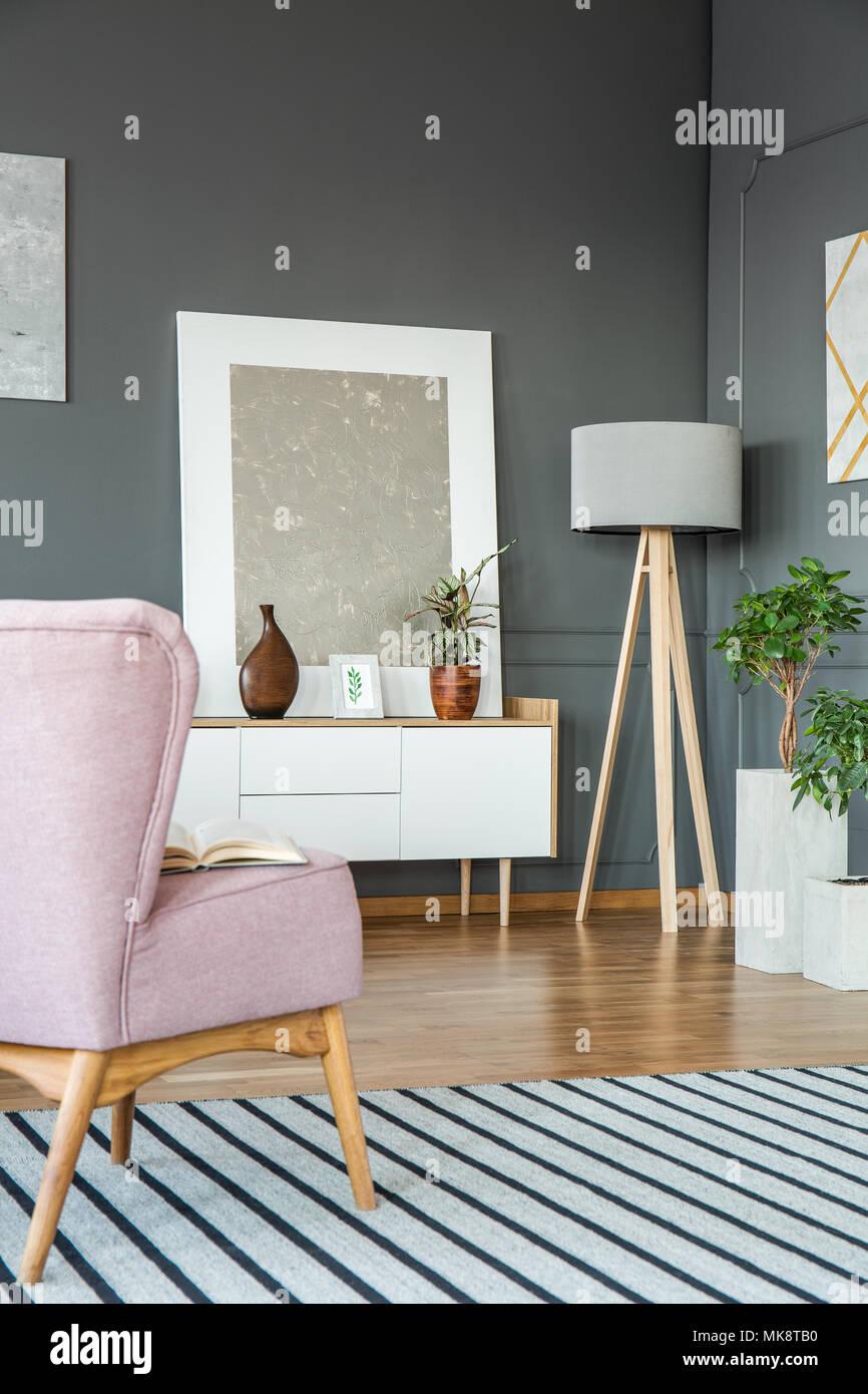 Rosa Sessel Auf Gestreiften Teppich In Grau Wohnzimmer Interieur Mit Silber  Malerei Auf Weißen Schrank
