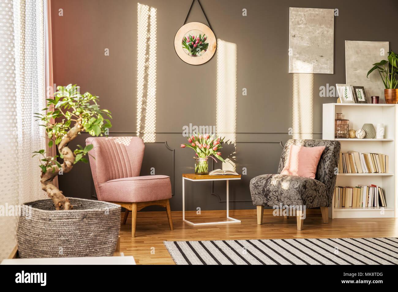 Bonsai Baum Im Eleganten Wohnzimmer Interieur Mit Blumen Auf Dem Tisch  Zwischen Rosa Und Grauen Sessel