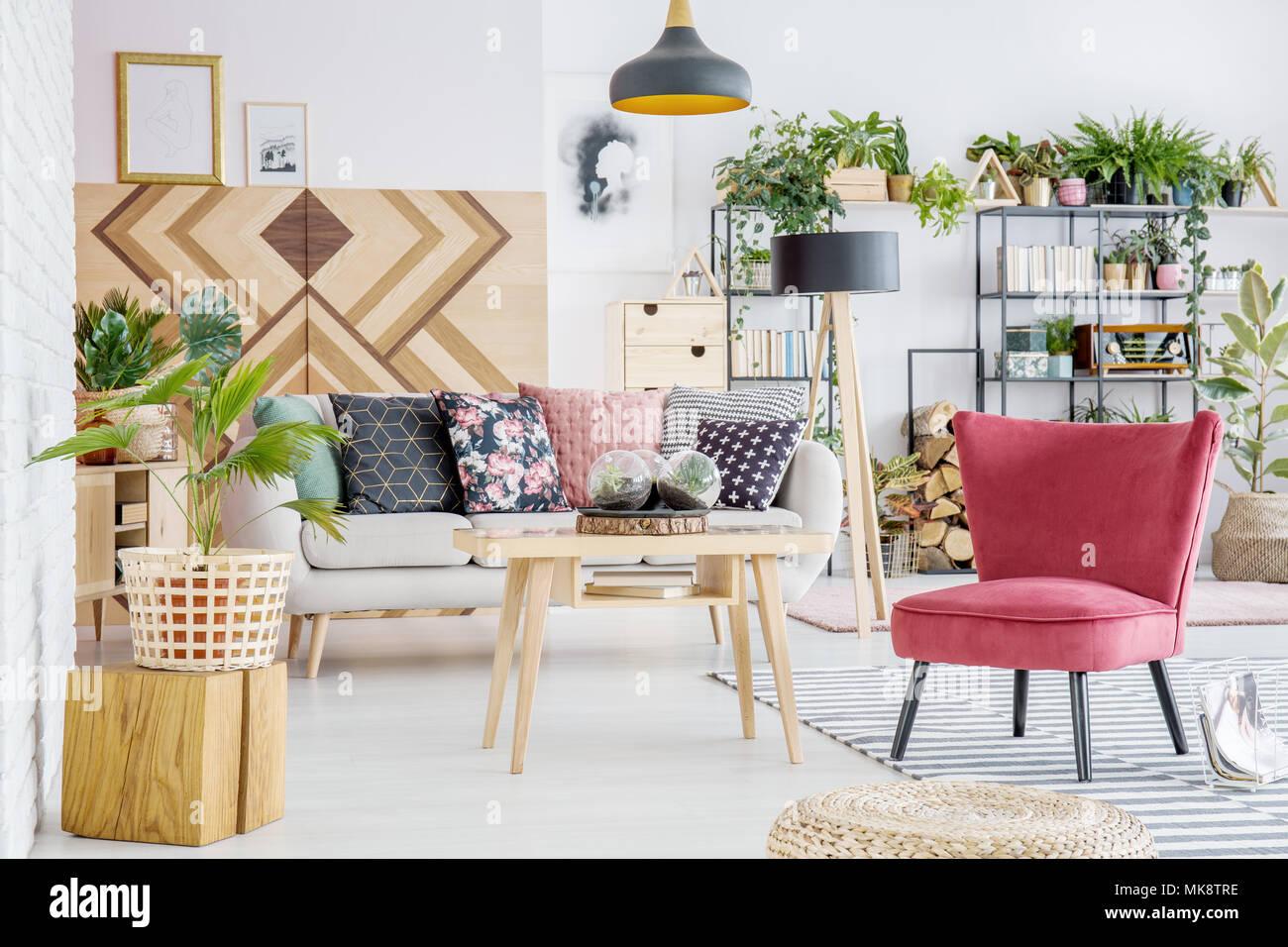 Farbenfrohe Wohnzimmer Einrichtung Mit Pflanzen, Weiß Sofa Mit Kissen Und  Roten Sessel