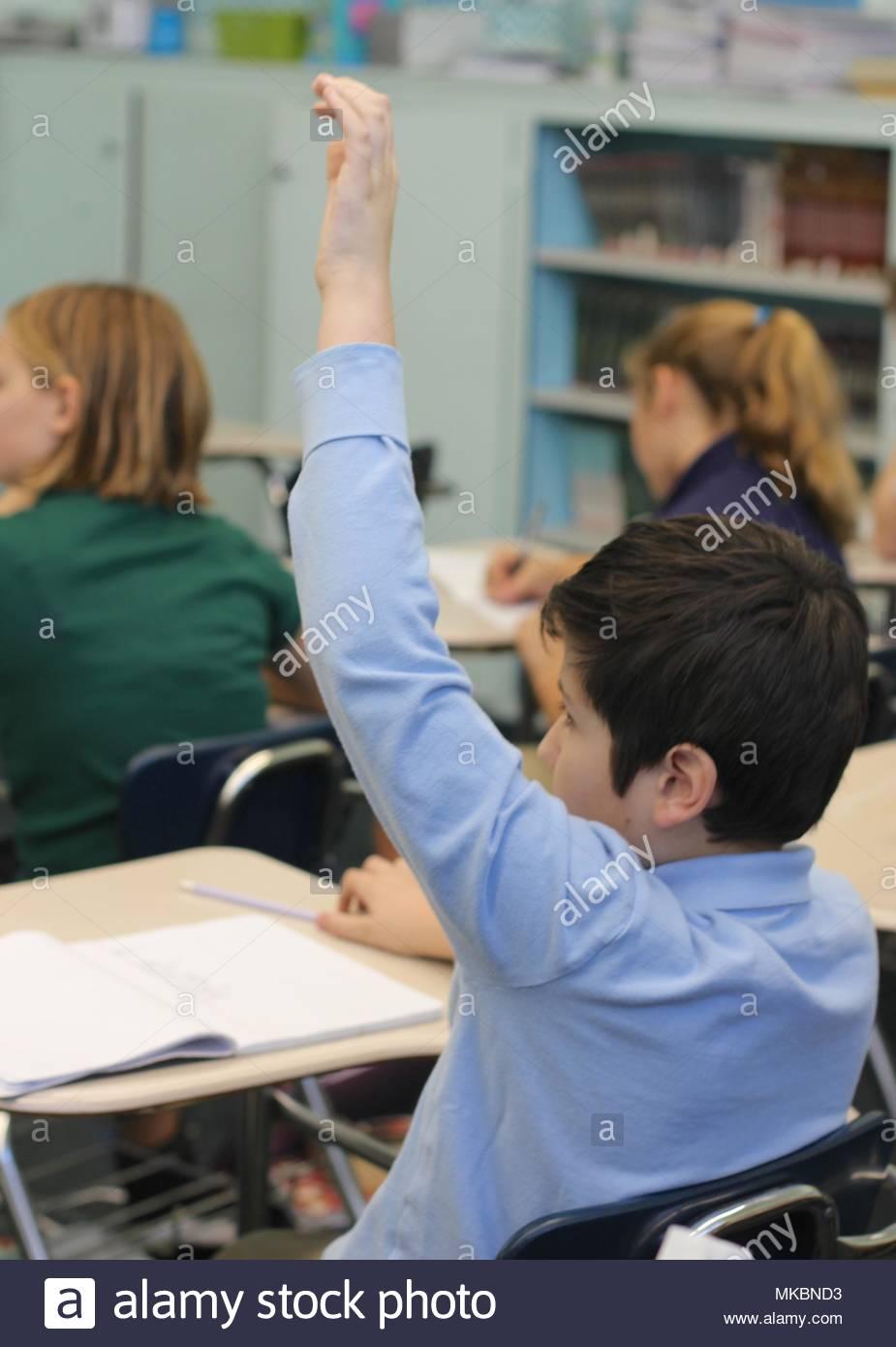 Yakima, Washington/USA - 30. Oktober 2017: ein Klassenzimmer der mittleren Schule Kinder beteiligen und konzentrieren Sie sich auf Ihre Arbeit in der Schule. Stockbild