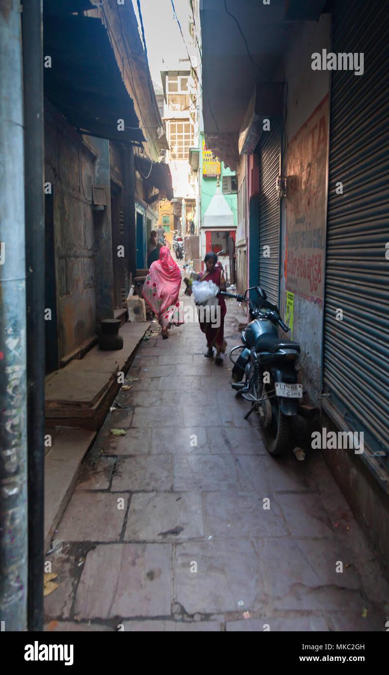 Diese engen Gassen in Varanasi, Indien nicht nur für kurze Schnitte, sondern auch die Befreiung von der Hitze der Sonne bieten. Stockbild