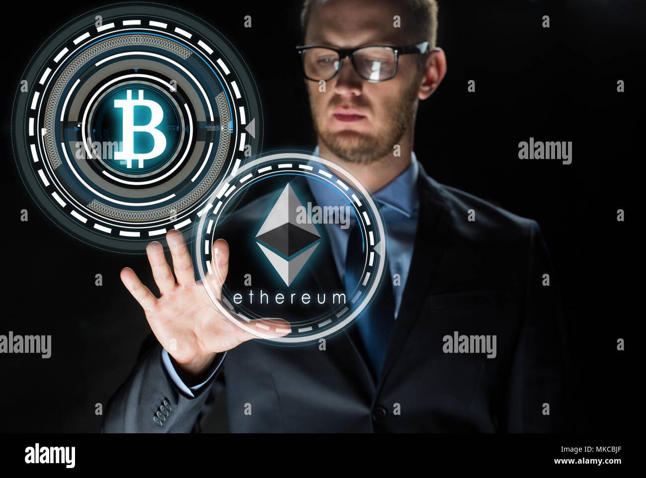 Geschäftsmann mit astraleums und bitcoin Hologramme Stockbild