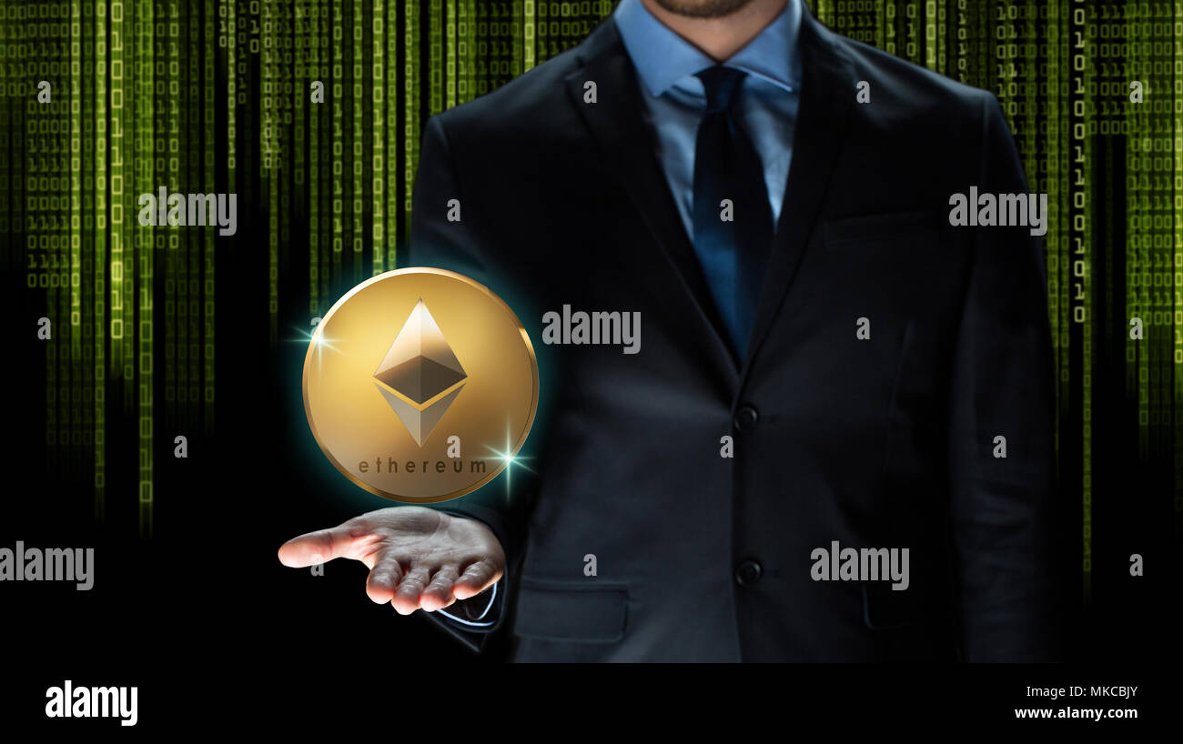Geschäftsmann mit astraleums Münze über binäre Code Stockbild